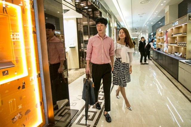 Người trẻ Hàn Quốc ngày càng quan tâm tới đồ hiệu, thú chơi golf và xe hơi nhập khẩu. Ảnh:New York Times.