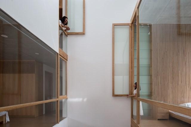 Từ tầng này có thể giao lưu với các phòng ngủ xung quanh khác ở các tầng trên; phòng khách được khuyến khích sinh hoạt chung cho cả gia đình; phòng bếp có thể kết nối với phòng khác và những đứa trẻ đang chơi với nhau.