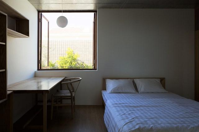 Cùng với sự tối giản về màu sắc và tính chất vật liệu tương phản, ngôi nhà được tạo nên một không gian sống nhẹ nhàng, trong lành.
