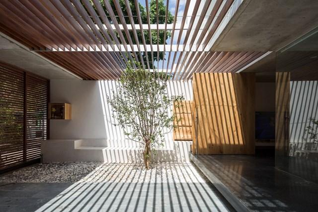 Bên trong, kiến trúc sư sử dụng kết cấu bằng gỗ để lưu thông chính từ tầng 2 lên tầng 3.