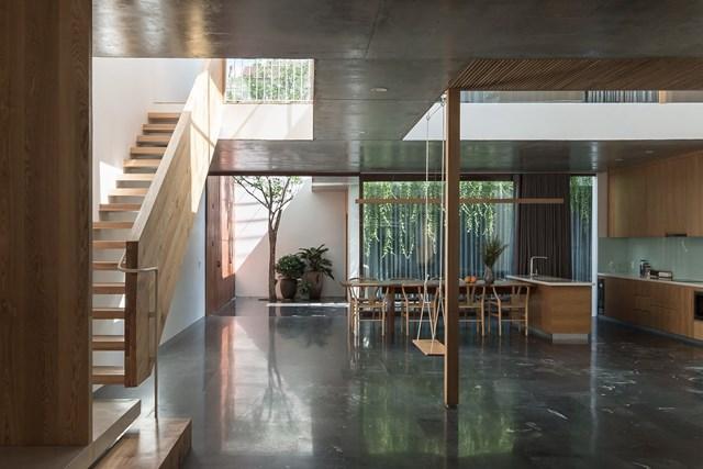 Sự kết hợp giữa cấu trúc gỗ và màu gỗ sồi tự nhiên mang đến cho ngôi nhà một bầu không khí thư giãn ấm áp, cố gắng giảm bớt sự nặng nề của lớp vỏ bê tông.