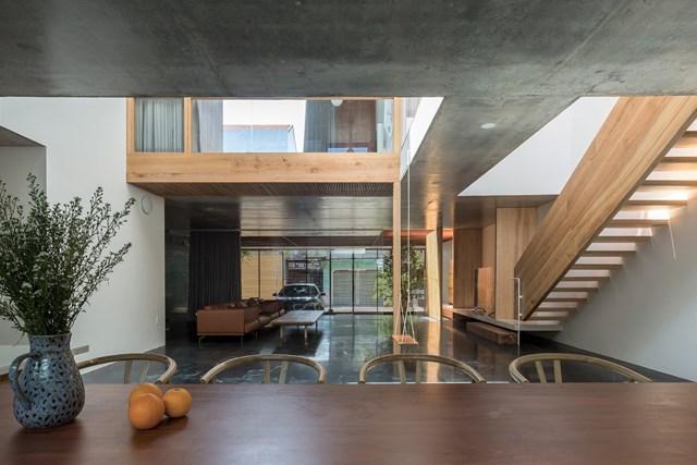 Với một công trình nhà ở, ngoài sự thỏa mãn về tinh thần và vật chất của gia chủ, kiến trúc sư còn muốn định hình lại cách sống của con người hiện đại: họ luôn vội vã bên ngoài mà quên đi cách tận hưởng sự bình yên ở nhà.