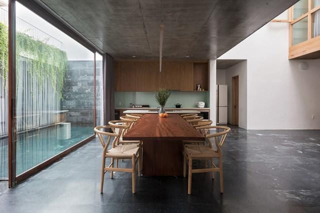 Với cách bố trí không gian chung ở giữa tầng một, kiến trúc sư muốn khuyến khích tối đa sự giao tiếp giữa mọi người trong nhà.