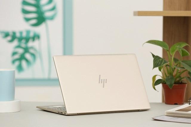 HP Envy 13-BA1027TU 2K0B1PA được giảm 900.000 đồng, còn 20 triệu đồng. Thiết bị có màn hình 13,3 inch, Full HD, phần viền được làm khá mỏng. Máy dùng chip Intel Core i5, RAM 8 GB và SSD 256 GB.