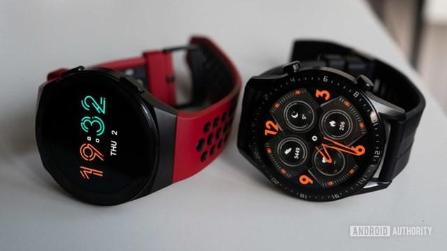 Huawei Watch GT 2e chính hãng giảm 500.000 đồng, còn 2,5 triệu đồng. Thiết bị có màn hình 1,39 inch, độ phân giải 454x454 pixel, tấm nền AMOLED, mật độ điểm ảnh 326 ppi. Viên pin 455 mAh trên model này có thể mang đến thời gian sử dụng khoảng 14 ngày/lần sạc. Bên cạnh các chế độ luyện tập, theo dõi nhịp tim, giấc ngủ, sản phẩm còn được bổ sung tính năng theo dõi nồng độ oxy trong máu (SpO2).