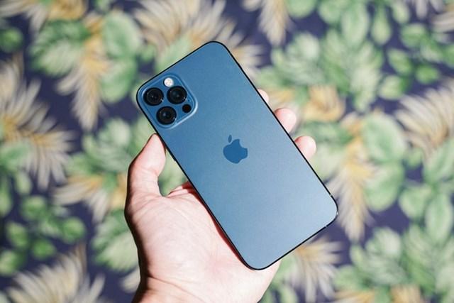 iPhone 12 Pro chính hãng bản 128 GB đang được bán với giá 26,9 triệu đồng, giảm 400.000 đồng so với trước Tết Nguyên đán. Thiết bị sở hữu màn hình 6,1 inch, tấm nền OLED. Cấu hình của máy gồm chip Apple A14, RAM 6 GB. Hệ thống 3 camera sau của model này đều có độ phân giải 12 MP, chất lượng chụp ảnh được đánh giá tốt.