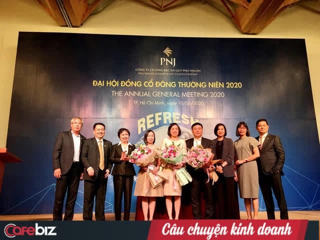Chị cả Trần Phương Ngọc Thảo (thứ 4 từ trái qua) đứng cạnh mẹ Cao Thị Ngọc Dung