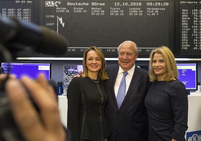 Ông Heinz Hermann Thiele chụp cùng vợ, bà Nadia Thiele (trái) và người con gái Julia Thiele-Schuerhoff vào năm 2018.