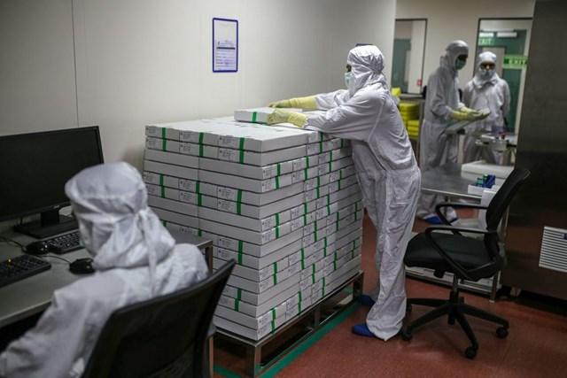 Cả vaccine do Ấn Độ và Trung Quốc sản xuất đều bị nghi ngờ kém hiệu quả hơn vaccine của Pfizer và Moderna. Ảnh:Bloomberg.