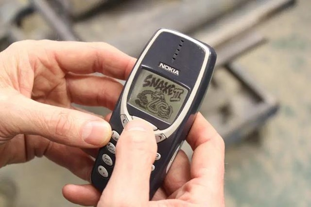 """Nokia 3310được ra mắt vào năm 2000, là bản kế nhiệm của 3210 với kích thước nhỏ gọn. Máy có giá bán phù hợp cho mọi người, ăng-ten ẩn bên trong, khả năng tải nhạc chuông và cài sẵn Snake II, trò chơi """"rắn săn mồi"""" đơn giản nhưng được ưa thích. 3310 là một trong những biểu tượng của Nokia, góp phần đưa công ty trở thành nhà sản xuất điện thoại hàng đầu thế giới."""