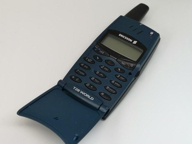 """Ericsson T28là mẫu máy nắp gập """"đàn anh"""" của Motorola RAZR. Khi ra mắt năm 1999, T28 là chiếc điện thoại mỏng nhẹ nhất thời điểm ấy với cân nặng 83 g. Máy còn có khả năng lưu 250 danh bạ, cài sẵn trò chơi """"xếp hình"""" Tetris."""