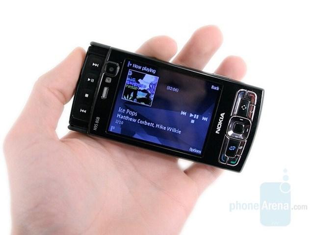 Nokia N95là một trong những smartphone được yêu thích nhất của Nokia. Ra mắt cùng năm với iPhone thế hệ đầu tiên, Nokia N95 từng là mơ ước của nhiều người với camera 5 MP, định vị GPS, kết nối 3G và cụm phím chỉnh nhạc lộ ra khi trượt màn hình xuống. Tuy nhiên, đây cũng là khởi đầu cho sự thoái trào của Symbian.