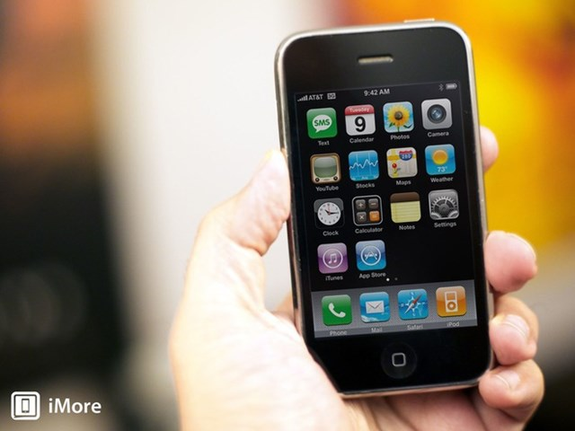 Trong khi iPhone đời đầu khiến cả thế giới chú ý, thế hệiPhone 3Gra mắt sau đó một năm đã khắc phục những điểm yếu của bản tiền nhiệm. Máy trang bị kết nối 3G, cài sẵn kho ứng dụng App Store và một số nâng cấp về cấu hình. Sau 12 năm, App Store vẫn là yếu tố quan trọng, đóng góp không nhỏ vào doanh thu hàng năm của Apple.