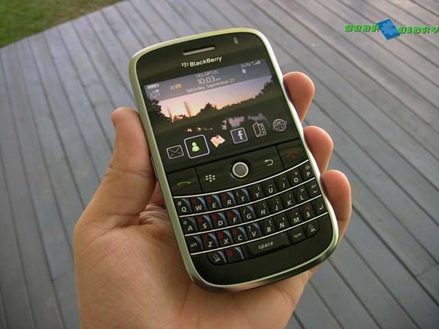 Trước khi iPhone trở thành lựa chọn phổ biến, BlackBerry là một trong những hãng smartphone được giới doanh nhân ưa chuộng với bàn phím QWERTY đặc trưng và BBM, dịch vụ nhắn tin tiền thân của Facebook Messenger hay WhatsApp. Ra mắt vào năm 2008,BlackBerry Bold 9000thuộc phân khúc cao cấp, mở đầu cho dòng Bold 9xxx rất thành công của hãng.