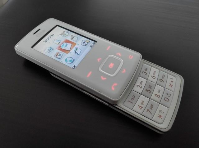 Ra mắt vào năm 2006,LG Chocolateđược chú ý với thiết kế thời trang, mỏng nhẹ giống thanh kẹo chocolate. Cụm phím điều hướng trên sản phẩm là nút cảm ứng với đèn nền. Màu sắc đỏ đen hoặc đỏ trắng sang trọng, màn hình đẹp cũng là những yếu tố khiến sản phẩm được người dùng ưa chuộng.
