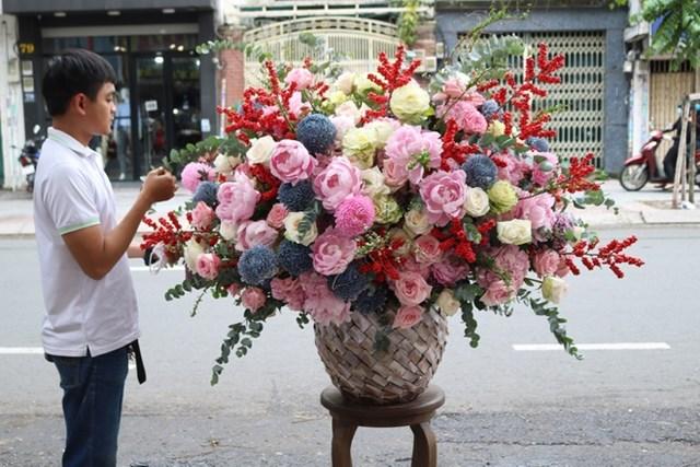 Một bình hoa có giá 55 triệu đồng vừa được giao đi. Ảnh:Flower box