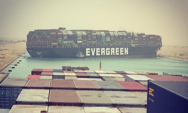 Tàu container khổng lồ mắc cạn tại kênh đào Suez. Ảnh:Julianne Cona.