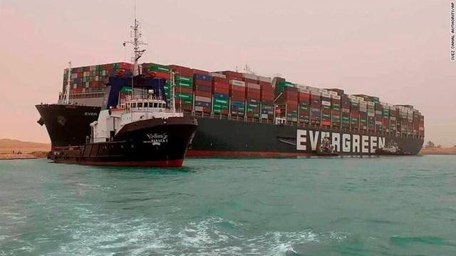 Tàu chở hàng Ever Given tải trọng 244.000 tấn bị kẹt ngang kênh đào Suez ở Ai Cập từ ngày 23/3. Ảnh: Bloomberg.