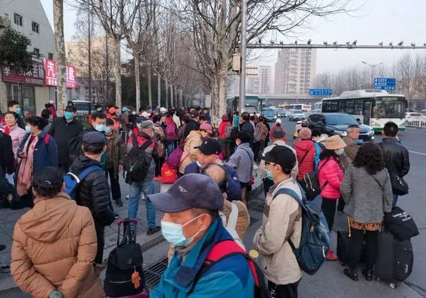 Vào lúc 6h10' sáng ngày 12/3, nhiều người chờ đi du lịch đã tập trung gần Xinye Plaza, hầu hết đều đã ngoài 60 tuổi