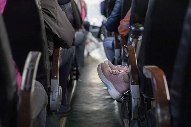 Xe khách chật kín người khiến không khí lưu thông kém