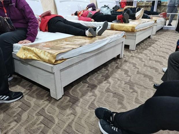Do hành trình quá gấp gáp, 1 số cụ già đã ngủ luôn trên đệm cao su tại cửa hàng