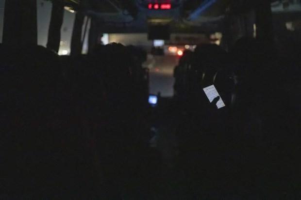 Chiếc xe khách bon bon chạy trên đường cao tốc trong đêm