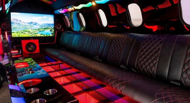 Limo lai máy bay đầu tiên thế giới: Giá không dưới 115 tỷ, hát karaoke trên trời, tặng kèm xe bán tải - Ảnh 5