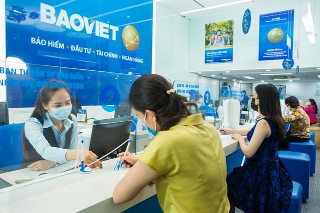 Khách hàng giao dịch tại Bảo Việt