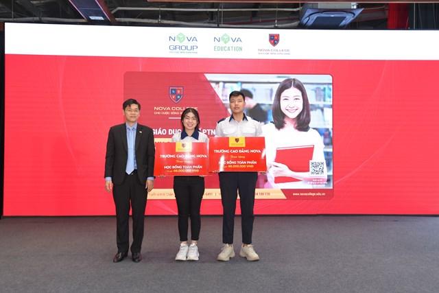 TS Bùi Phi Hùng - Tổng Giám đốc Nova Education Group trao tặng học bổng đến hai học sinh đạt điều kiện tại chương trình.