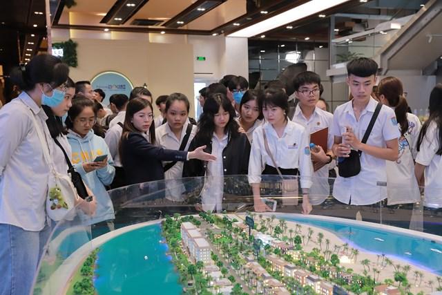 Các em học sinh được trực tiếp trải nghiệm môi trường làm việc thực tế tại Novaland Gallery.