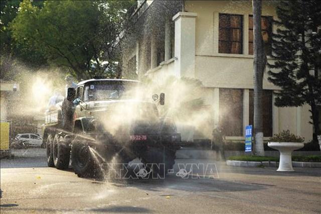 Xe đặc chủng của Bộ Tư lệnh Quân khu 2 phun khử khuẩn tại thành phố Vĩnh Yên. Ảnh: Hoàng Hùng/TTXVN