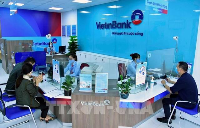 Khách hàng giao dịch tại phòng giao dịch VietinBank Cổ Linh, Chi nhánh Chương Dương, Hà Nội. Ảnh: Trần Việt - TTXVN