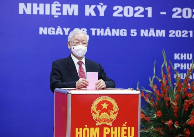 Tổng Bí thư Nguyễn Phú Trọng bỏ phiếu tạikhu vực bỏ phiếu số 4, phường Nguyễn Du, Quận Hai Bà Trưng, TP Hà Nội.