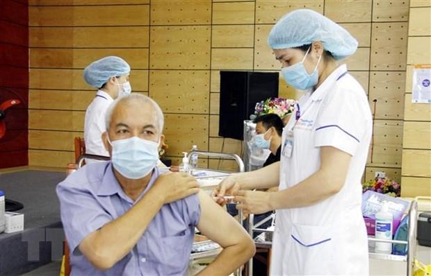 Tiêm vắc xin phòng Covid-19 cho người dân.