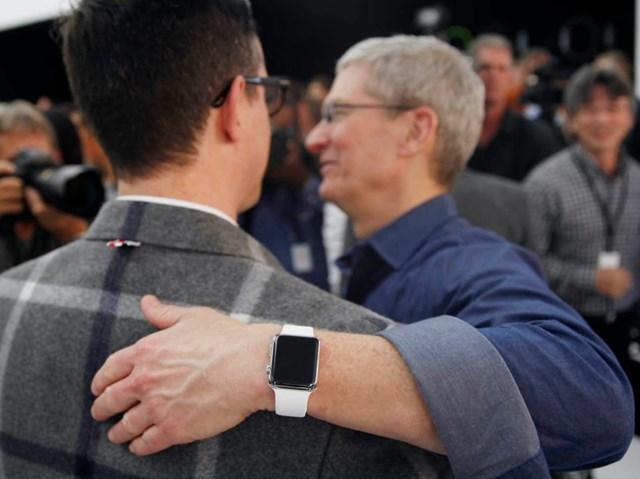 Tim Cook, Giám đốc điều hành của Apple, đeo Apple Watch vào ngày 9 tháng 9 năm 2014 tại Cupertino, California. Ảnh: Businessinsider