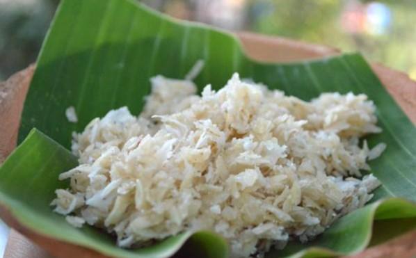 Cốm dẹp có hương vị dẻo dai, ngọt, thơm nồng, béo, bùi trong từng hạt nếp.