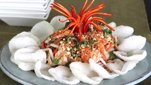 Phồng tôm kết hợp được với nhiều món ăn khác nhau.