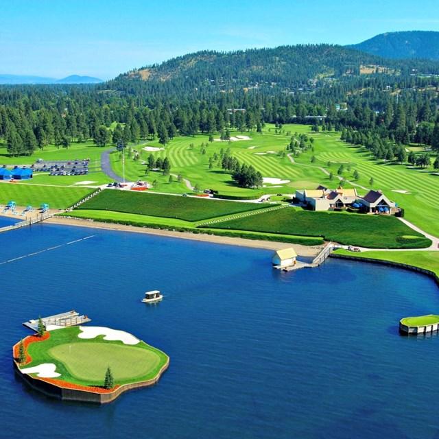 Sân golf Coeur d'Alene Resort ở Coeur d'Alene, Idaho nổi bật với thảm cỏ xanh mướt. Nhưng đặc biệt hơn, một trong những lỗ golf của sân Coeur d'Alene này nằm trên mặt hồ. Golf thủ sẽ cần đi thuyền để đến sân golf.