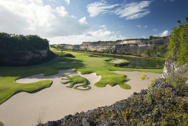 Sandy Lane là một khu nghỉ mát ở vùng Caribbean phổ biến dành cho giới thượng lưu trong nhiều năm. Sân golf được thiết kế bởi Tom Fazio với độ cao thay đổi ấn tượng và view nhìn ra biển.