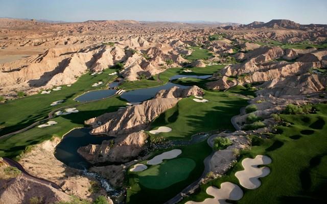 Với địa thế nằm bên hẻm núi, sân golf Creek Wolf tại ở Mesquite, Nevada luôn có tên trong danh sách những sân golf tuyệt vời nhất thế giới. Người chơi sẽ tha hồ ngắm cảnh xung quanh tới 360 độ, trải nghiệm các cú đánh bóng ở độ cao khác nhau với địa hình gồ ghề nơi đây.