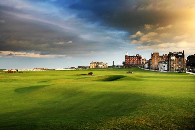 Sân Old Course ở St. Andrews, Scotland mang vẻ đẹp tự nhiên với những cồn cỏ xanh nối tiếp với đại dương xung quanh. Đây cũng là một trong những sân golf cổ kính bậc nhất thế giới . Sân Old Coursenổi tiếng với những bunker đầy khó chịu, fairway và green lớn, hình dạng uốn lượn đầy hóc búa. Người dân thuộc thị trấn St Andrews đã bắt đầu chơi golf tại đây từ năm 1552.