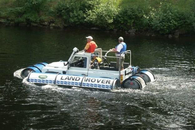 ChiếcFloating Ninety Defender chạy trên mặt nước