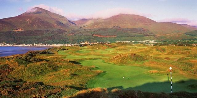 Là một trong những sân golf tự nhiên đẹp nhất thế giới, Royal County Down ở Newcatsle, phía Bắc Ireland trải dài dọc theo bờ biển Irish cùng khung cảnh núi Mourne trùng điệp xa xa.
