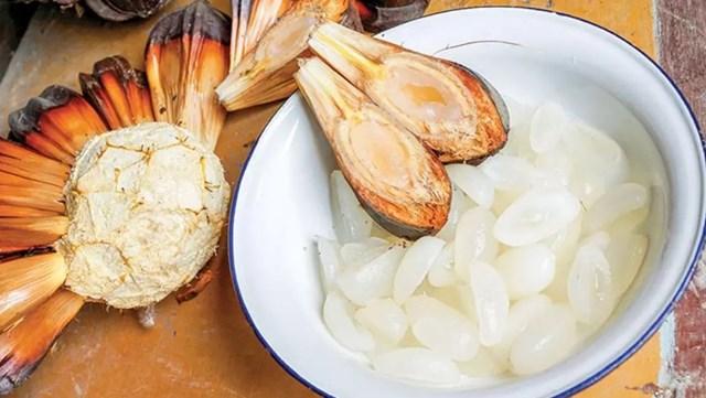 Cơm dừa nướcmàu trắng đục, mềm dẻo, vị ngọt nhẹ.