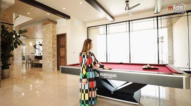 Vì diện tích ngôi nhà khá lớn, để không bị choáng ngợp giữa quá nhiều đồ nội thất, thay vì làm phòng khách thứ 2 thì Thủy Tiên dành riêng một khoảng không gian để bàn chơi bida, giúp khách tới chơi có món đồ giải trí.
