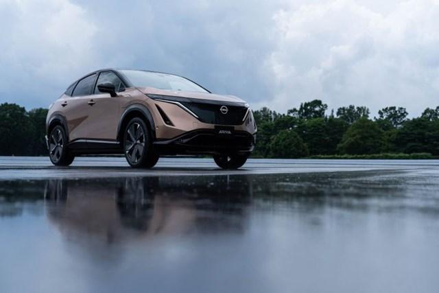 Được xây dựng trên nền tảng xe điện chuyên dụng hoàn toàn mới, Ariya là chiếc xe đầu tiên sở hữu các đặc điểm nhận diện thương hiệu điện mới của Nissan. Thiết kế của chiếc Concept của Ariya tại Tokyo Motor Show năm 2019 phần lớn được giữ lại với đường viền mái thấp, rộng, nắp ca-pô ngắn và mặt trước phẳng.
