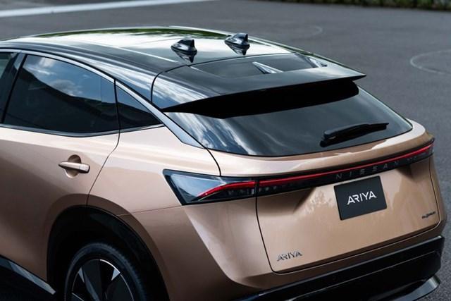 Ariya sẽ được bán với 2 lựa chọn pin lithium-ion là 63 kWh và 87 kWh, cả hai đều được cung cấp với hệ dẫn động cầu sau hoặc bốn bánh. Với biến thể pin nhỏ hơn, động cơ có thể tạo ra công suất 215 mã lực và mô-men xoắn 300 Nm và phạm vi di chuyển ước tính lên tới 450 km chỉ với 1 lần sạc, thời gian tăng tốc từ 0-100 km/h là 7,5 giây.