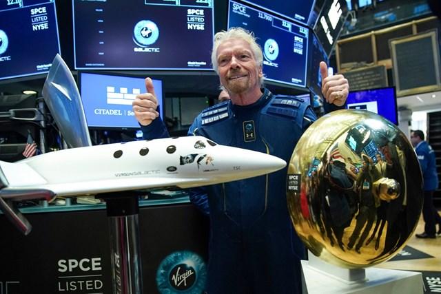 Đầu tư vào cổ phiếu không gian chứa đựng nhiều rủi ro, ngay cả cổ phiếu Virgin Galactic gần đây cũng sụt giá nghiêm trọng dù tỷ phú Richard Branson vừa thực hiện chuyến bay vũ trụ thành công. Ảnh: Metro.