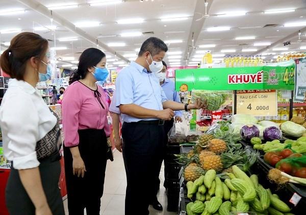 Phó Chủ tịch UBND TP Hà Nội Nguyễn Mạnh Quyền kiểm tra công tác chống dịch và chuẩn bị hàng hóa.