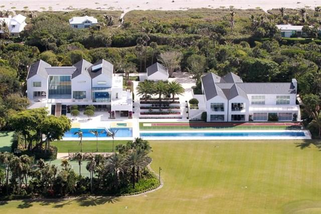 Biệt thự có hồ bơi ngoài trời dài 33 m, sân bóng rổ, sân tennis và sân golf 4 lỗ với 6 hố cát. Được xem là nơi hoàn hảo để Tiger Woods tập luyện và xả hơi.Ảnh:The Sun.